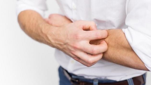 Puntini rossi sulla pelle: le cause e possibili rimedi