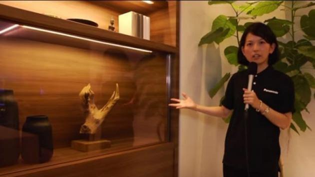 Sembra una semplice vetrina trasparente. Ecco come saranno gli schermi del futuro