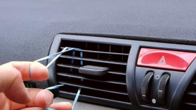 Mette un elastico nella bocchetta dell'aria condizionata. Quello che crea è molto utile!