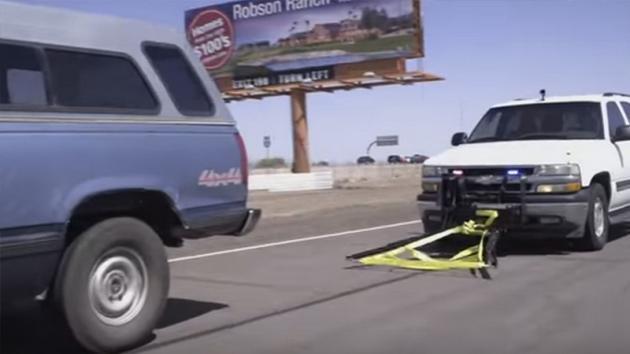 Si avvicina ad un'auto in fuga e riesce ad agganciarla. Il modo in cui lo fa è geniale