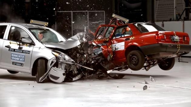 Un'auto economica americana contro una messicana. Ecco cosa succede nell'abitacolo