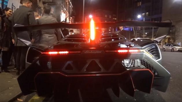 Una Lamborghini Veneno crea il caos nel centro di Londra