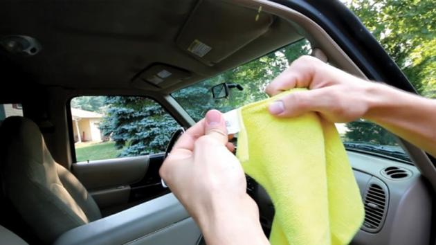 Come pulire i vetri della macchina: con questi consigli risplenderanno come cristalli!