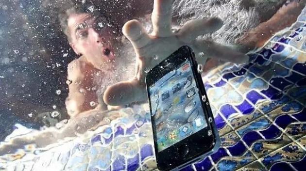 Quando lo smartphone cade in acqua, ecco i comportamenti salva telefono