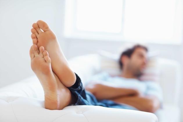 Piedi maschili: come curarli e rimedi naturali