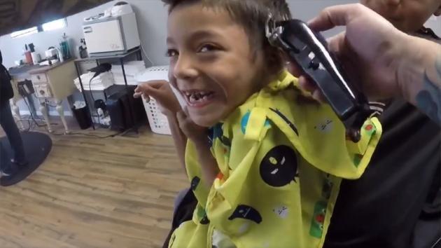 Un bimbo disabile non ama farsi tagliare i capelli ma questo barbiere diventa il suo migliore amico