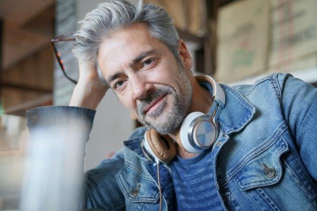 Come scurire i capelli grigi in modo naturale