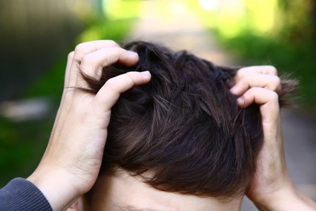 Formicolio alla testa e al viso: cause e rimedi