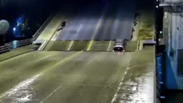 Il ponte si apre mentre l'auto lo sta attraversando: quello che accade è da brividi!