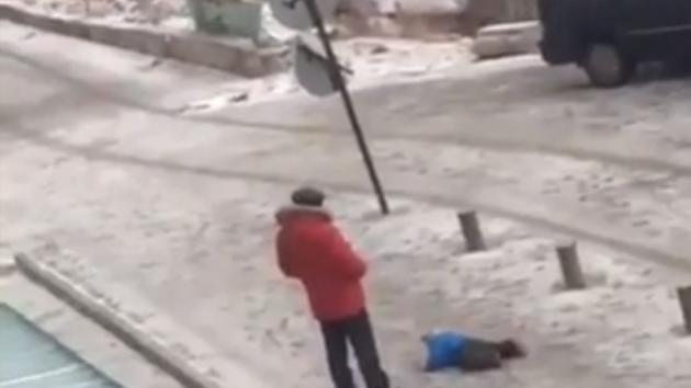 Il bimbo non riesce a stare in piedi sulla neve: la reazione del padre è scioccante!