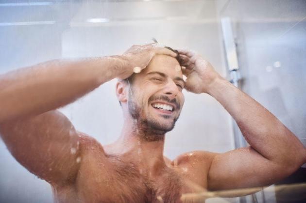 Shampoo colorante per uomo: quale scegliere e come usarlo