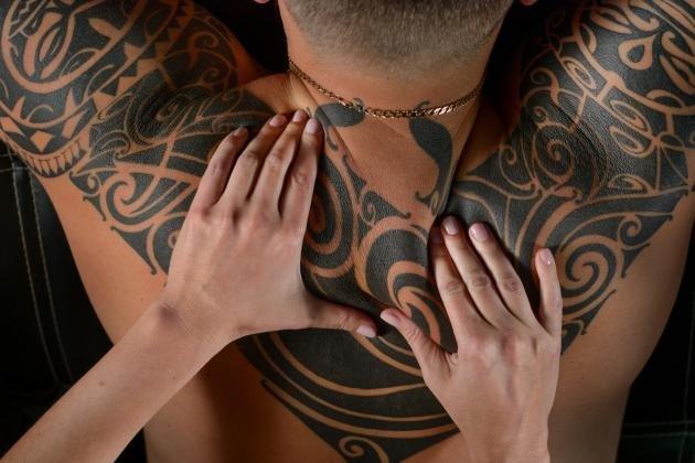 Tatuaggi tribali per uomo: significato dei simboli e dove farli