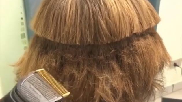 Il barbiere gli taglia i capelli in modo strano: l'effetto finale è sorprendente!