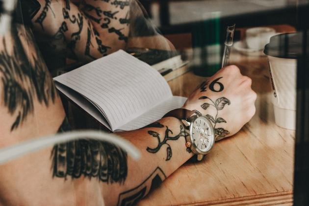 Tatuaggi sul polso: i migliori per l'uomo e significato dei simboli