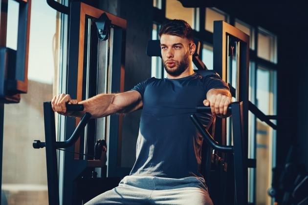 Chest press: cos'è, come si esegue e quali sono i muscoli coinvolti