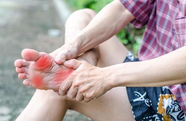 Dolore alla pianta del piede: cause e rimedi naturali