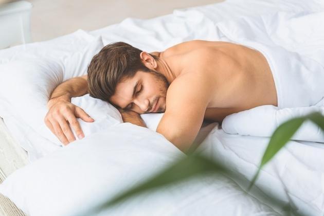 Polluzione notturna maschile: cause principali e cosa fare