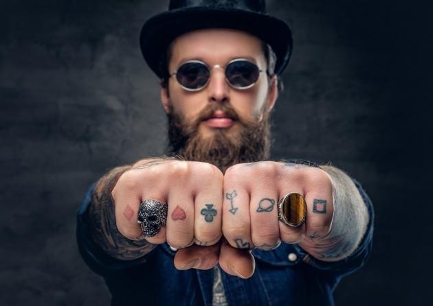 Tatuaggi sulle dita: scritte, lettere o simboli? Idee, costo e significato
