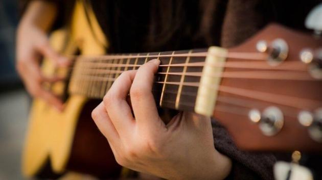 Perché suonare la chitarra può influire sulla salute fisica e mentale