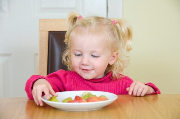 Ecco le regole per insegnare al bambino come stare a tavola