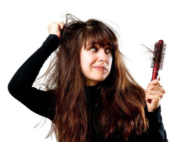 Caduta dei capelli nelle donne. Cause e rimedi
