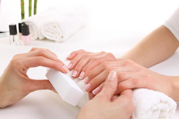 Cura delle unghie rovinate: scopri la manicure giapponese