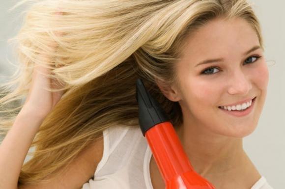 Trucchi su come utilizzare il phon senza rovinare i capelli
