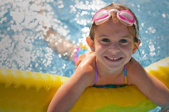 Consigli per insegnare a nuotare ai bambini