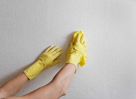 Ecco le tecniche migliori per pulire i muri da polvere, fumo e muffa