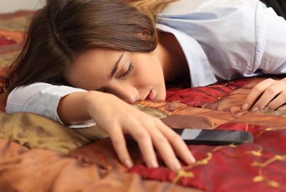 Dormire col cellulare acceso fa male al sonno. Ecco perché