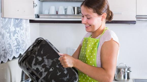 Ecco come pulire una teglia incrostata in modo semplice e veloce