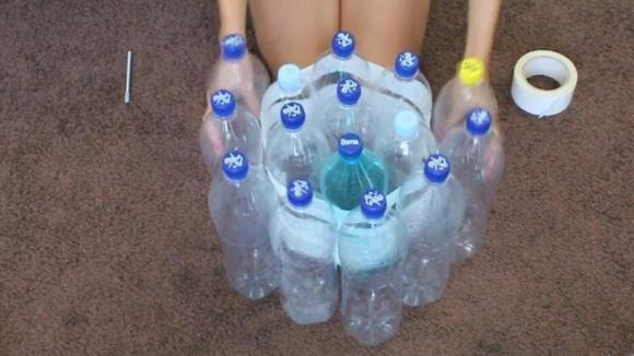 Ecco come creare un pouf riciclando delle bottiglie di plastica