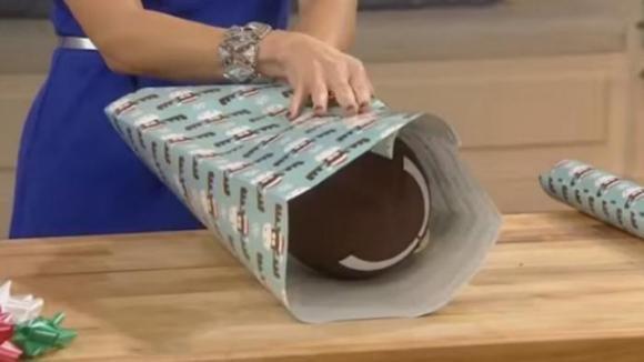 Come incartare degli oggetti con una forma particolare usando la carta da regalo