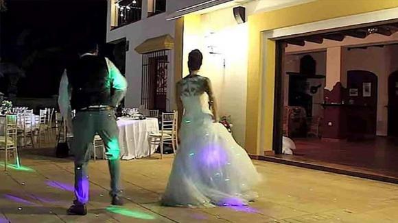 Gli sposi stanno per ballare. Poi cambia la musica ed inizia il vero spettacolo!