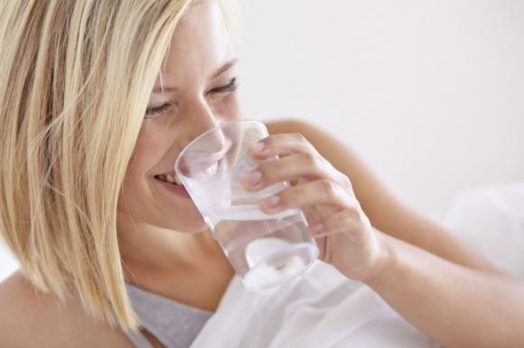 Bere acqua al mattino fa bene al nostro corpo. Ecco perchè