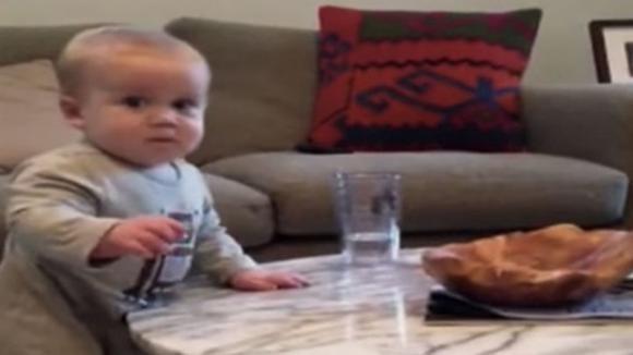 La mamma gli dice di non toccare il bicchiere. La reazione dispettosa del bimbo non ha prezzo!
