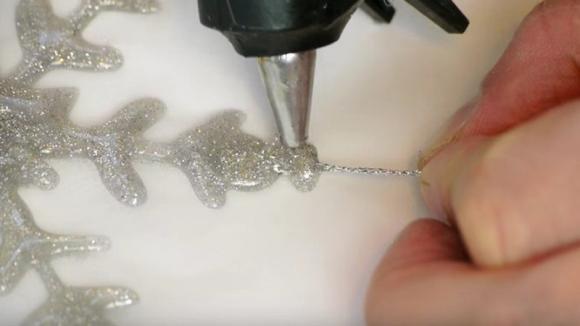 Come creare un fiocco di neve natalizio con la colla a caldo