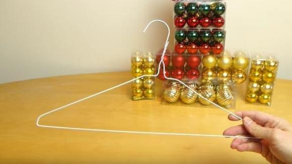 Ecco come realizzare una decorazione natalizia partendo da una gruccia