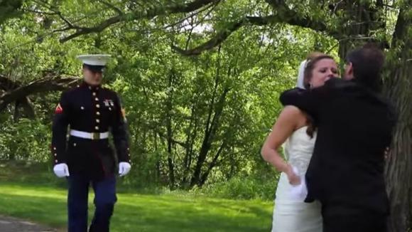 Sposa abbraccia il padre e si commuove. Non immagina chi c'è dietro di lei