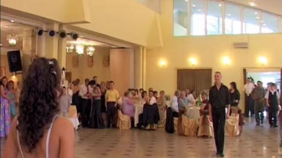Gli sposi si preparano per il loro primo ballo. Quando parte la musica, inizia uno spettacolo da urlo!