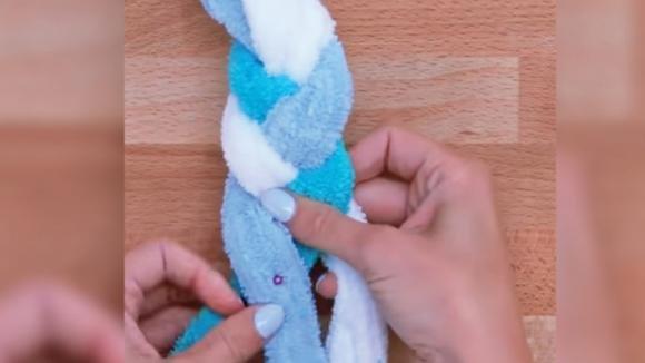 Taglia 3 vecchi asciugamani a strisce e le intreccia. Quello che crea non dovrebbe mancare nel vostro bagno