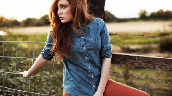 Come indossare e abbinare una camicia di jeans