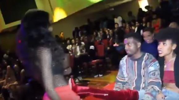 La modella punta un ragazzo nel pubblico. La reazione della sua fidanzata è epica!