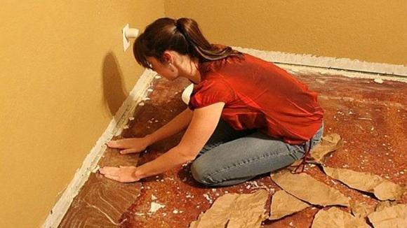 Ricopre il pavimento con la carta da imballaggio. Quello che realizza è davvero meraviglioso!
