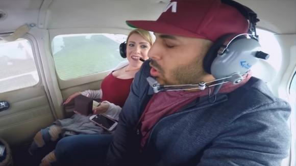 Durante il volo chiede alla fidanzata di sposarlo. Poi tira fuori l'anello ed accade l'impensabile!