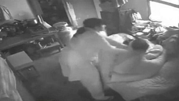 Installa una telecamera per vedere se la moglie lo tradisce. Quello che scopre è ancora più agghiacciante!