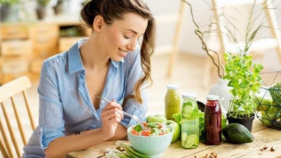 Come nutrire la pelle a tavola? Ecco i cibi che fanno bene