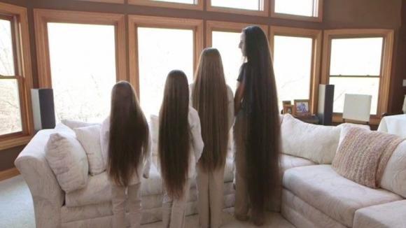 """Questa mamma """"Rapunzel"""" e le sue figlie vanno per la prima volta da un parrucchiere"""