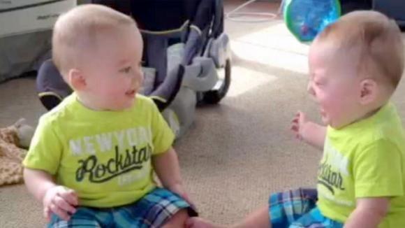 I gemelli iniziano la loro conversazione. La mamma riprende tutto in un video esilarante