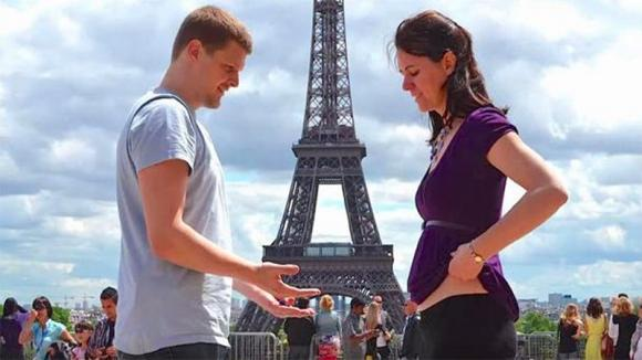 Una coppia si bacia davanti alla Tour Eiffel. Poi lei alza la maglietta ed accade qualcosa di stupendo